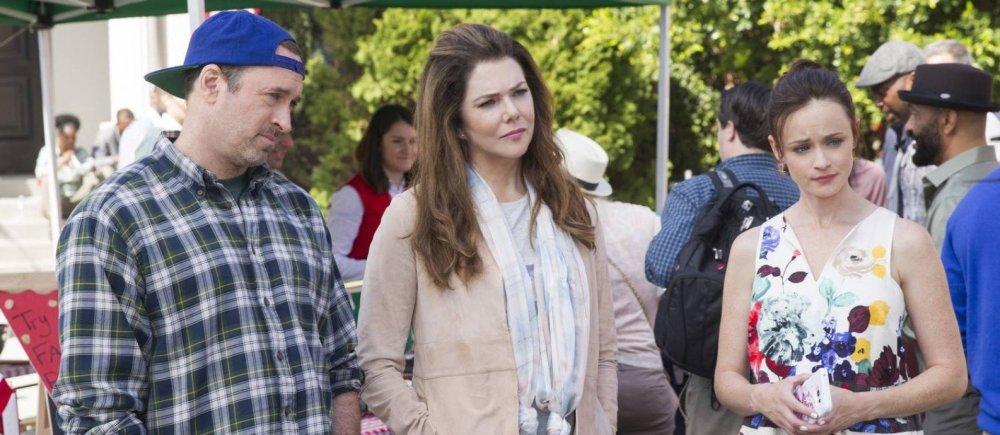 Luke, Lorelai e Rory olham espantados para alguma coisa.