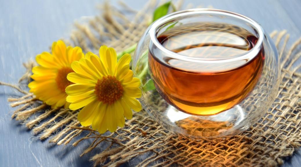pot de miel avec fleurs jaunes