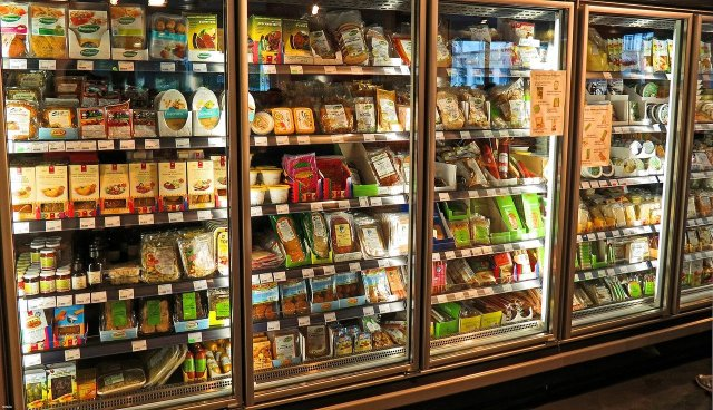 rayon supermarché avec étiquette alimentaire