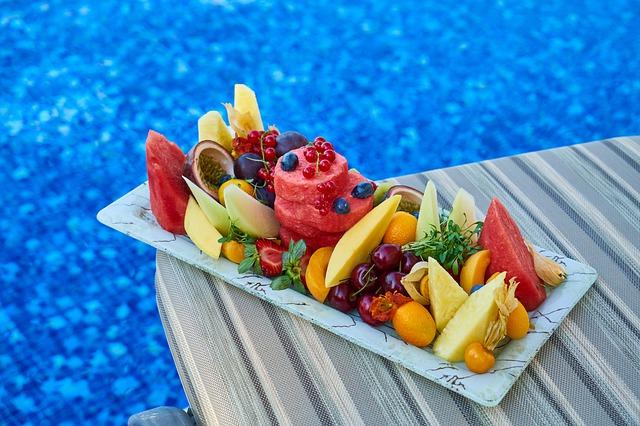 fruits et légumes de juillet au bord d'une piscine