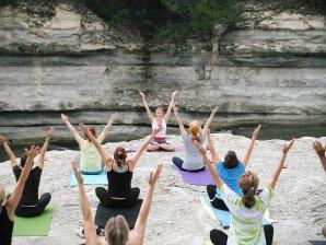 cours de yoga en extérieur