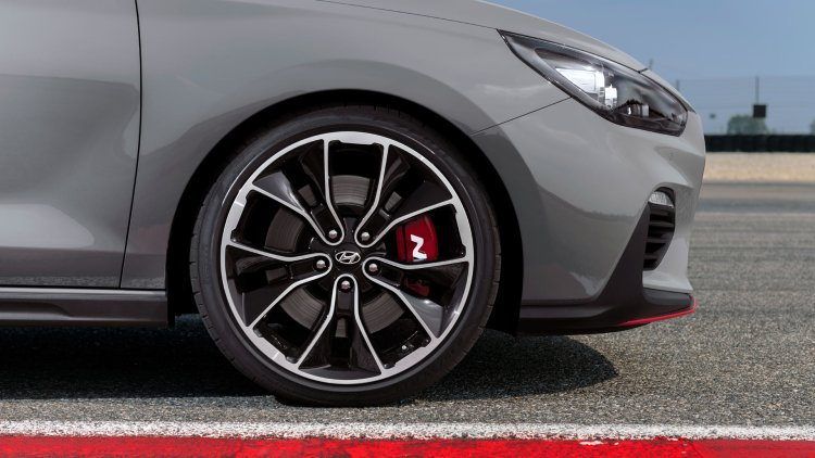 Hyundai i30 N Performance Fastback front two-tone alloy wheels and red brake calipers