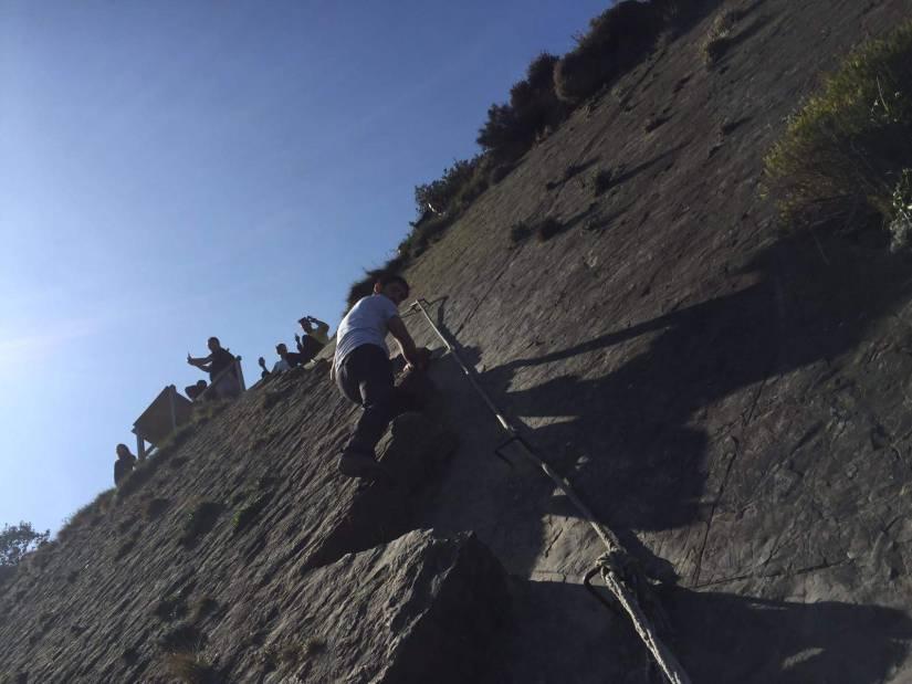 Cuerda instalada en el acantilado
