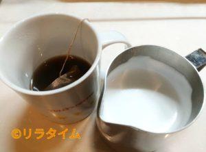 妊娠中も飲めるコーヒーの黒豆玄米珈琲に牛乳を加える様子