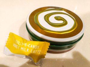 タリーズコーヒーのハニーミルクラテキャンディの缶と中身の画像です。