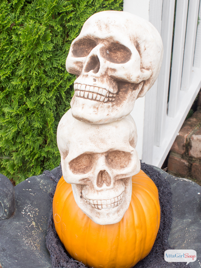Love all this outdoor Halloween decorations for the front porch. So much spooky fun at AttaGirlSays.com