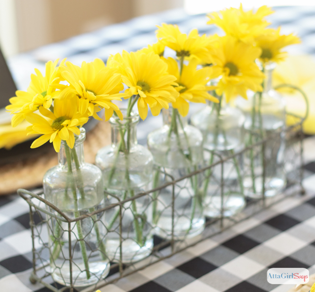These black and yellow table decoration ideas are so pretty. This color scheme works for a casual summer party or an elegant wedding. And aren't those pinwheel shaped napkins so fancy and festive?