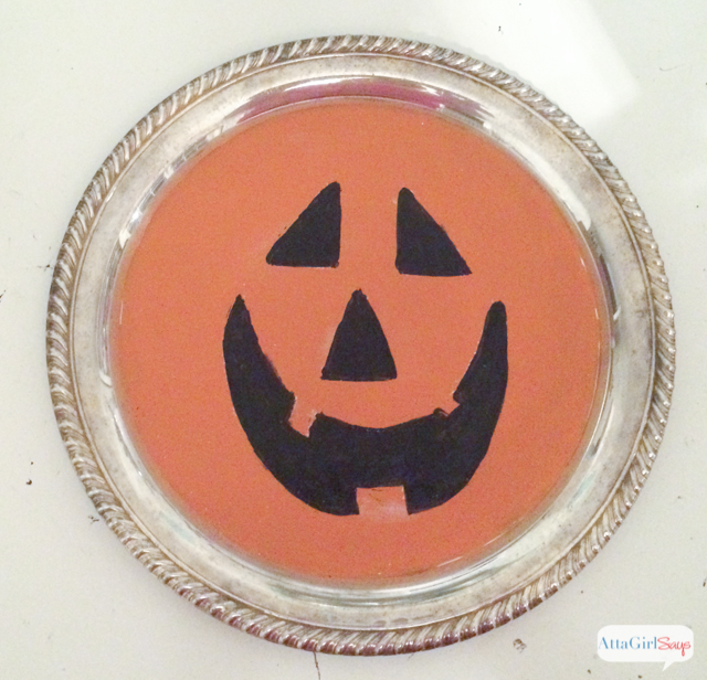 I saved this silverplated tray from the Goodwill pile. In less than 15 minutes, repurpose an old silverplated tray into a festive jack-o-lantern wall hanging or wreath for Halloween.