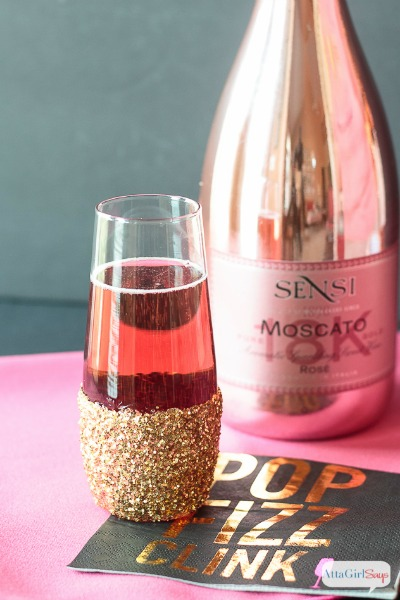 These DIY glitter champagne glasses will bring a little glitz and glamour to an Oscars party, New Year's Eve celebration or other black-tie event. Click to see how easy it is to transform inexpensive champagne flutes.