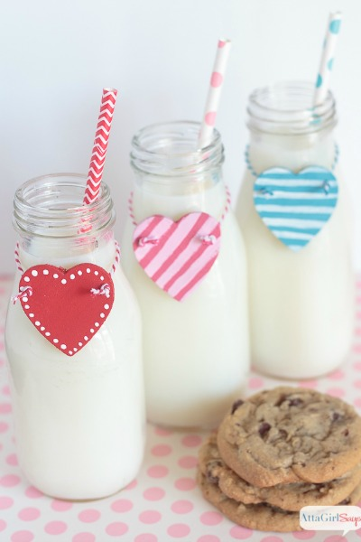 With these heart-shaped bottle charms, you'll never lose track of your beverage. They're an adorable decoration for milk-and-cookies party or a Valentine's Day brunch. #ValentinesDay #milkbottles #kidsparty