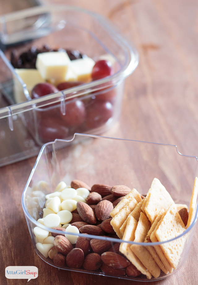 Looking for school snack ideas that won't break the bank? Stop wasting money on convenience packaging, and make your own customized, preportioned lunches and snacks using Rubbermaid® BRILLIANCETM Salad & Snack Set. #ad #StoredBrilliantly