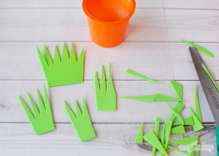 Foam grass for carrot Easter treat cups