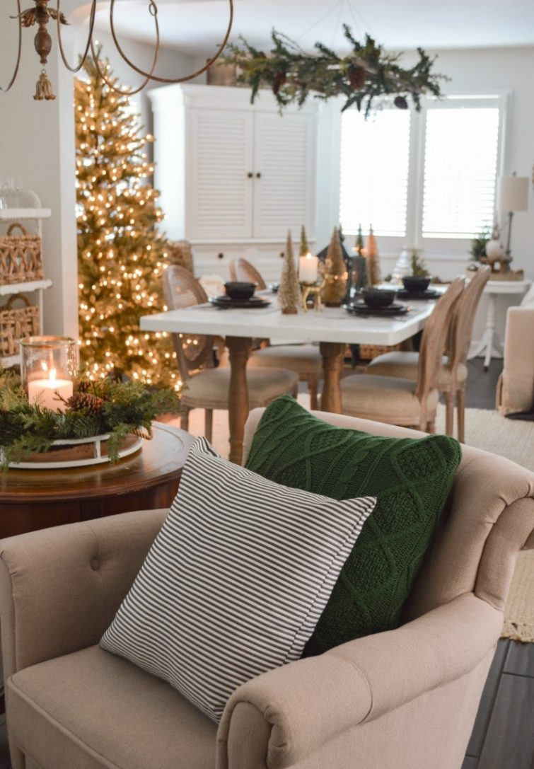 dozy living room decorated for Christams