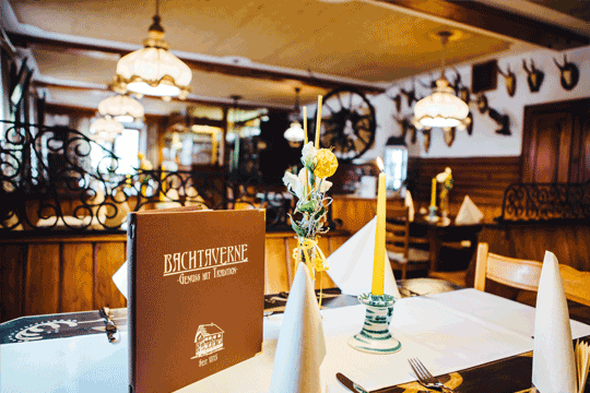 Restaurant-Bachtaverne-am-Attersee-painted-table