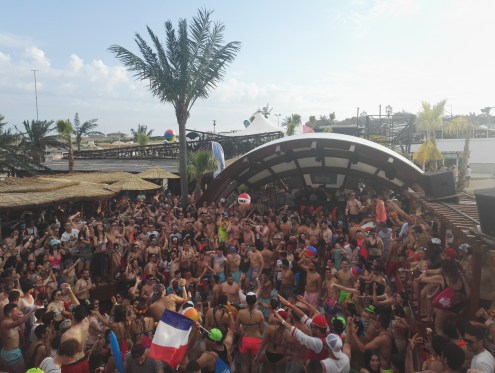 Noa Beach Club full with party people