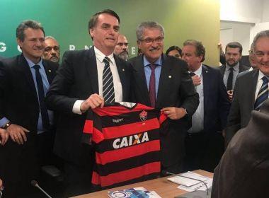 Bolsonaro é presentado com camisa do Vitória