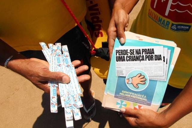 Salvamar distribui pulseiras de identificação para crianças em praias