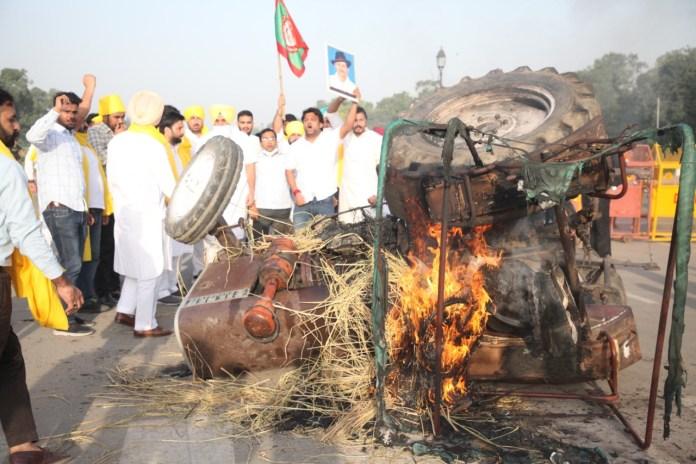 यूथ कांग्रेस के कार्यकर्ताओं ने राजपथ पर जलाए ट्रैक्टर