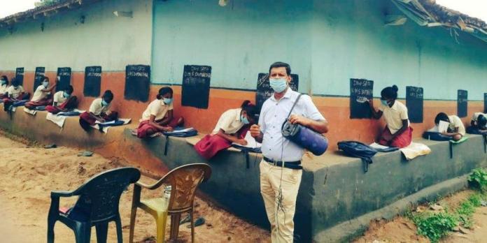 झारखंड के दुमका में शिक्षकों ने गाँव को स्कूल में बदला