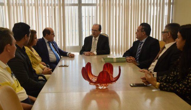 MPC entrega ao MP Estadual lista de gestores condenados a ressarcir o erário
