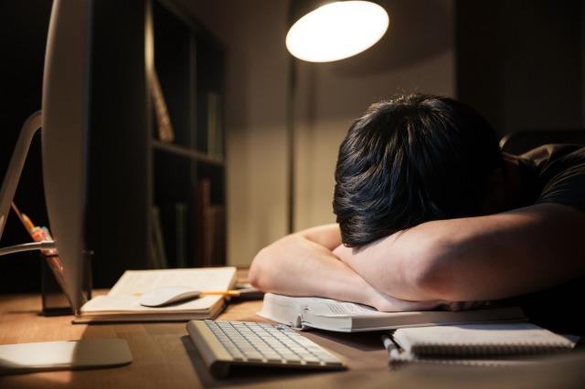 給料増えずに仕事量や責任が重くなってきたら仕事を辞めるべき!