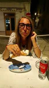 emicranica che mangia un cannolo siciliano