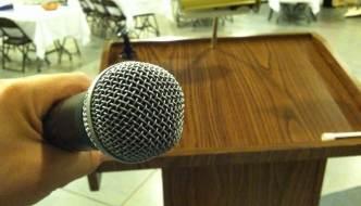 Con Micrófono En La Mano