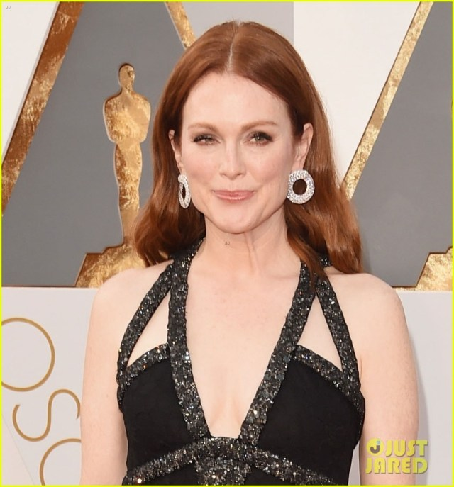 julianne-moore-2016-oscars-carpet-03