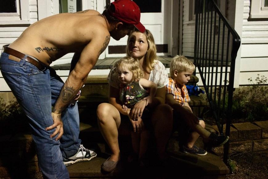 """Sara Lewkowicz / La Maggie seu amb els seus fills, Memphis i Kayden. Des del principi de la relació, la seva parella, Shane, va connectar amb ells.  A la foto ell demana als nens que li diguin """"pare""""."""