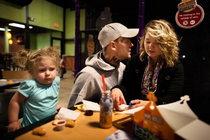 Sara Lewkowicz / Arran de l'estrès generat per l'acomiadament de Shane i la necessitat de tirar endavant a dos fills, la parella comença a discutir sovint.