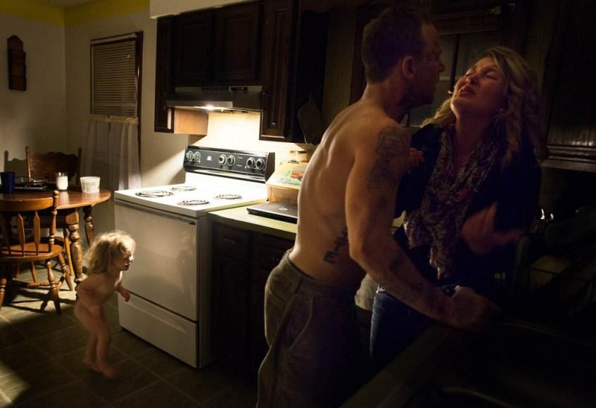 Sara Lewkowicz / Memphis, corre a la cuina quan la discussió puja de to. Es posa entre els dos per separar-los, ja no vol deixar anar a la seva mare.