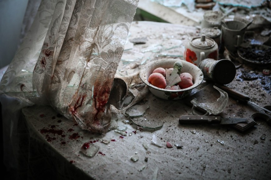 KITCHEN TABLE / . Els bens fets malbé a la cuina d'un barri de Donetsk. Els treballadors, miners, professors, nens i gent gran estan atrapats en aquest conflicte de l'est de Ucraïna