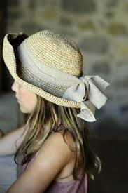 T'occupes pas du chapeau de la gamine, pousse la charrette!