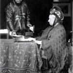 La reine faisant sa correspondance, aidée par Abdoul Karim