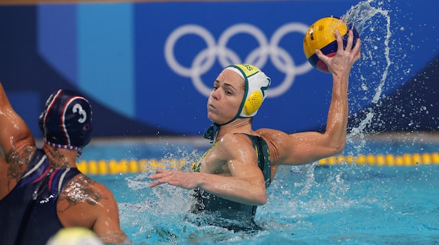Keesja Gofers playing water polo
