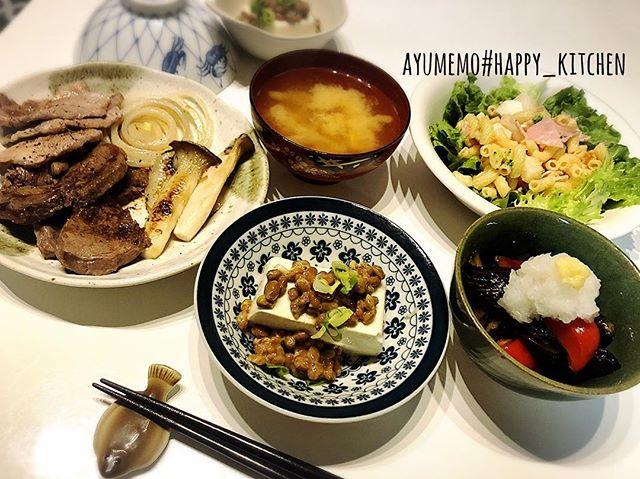 本日の#夕飯の献立 は、#焼肉 #納豆冷奴#茄子とパプリカのだし浸し#マカロニサラダ#味噌汁残ってたお肉類を全部片付け。焼くだけという簡単すぎる献立だが、手の込んだのより喜ばれるってゆ〜、、、 #夕飯#ごはん#お家ごはん#献立#ディナー#和食