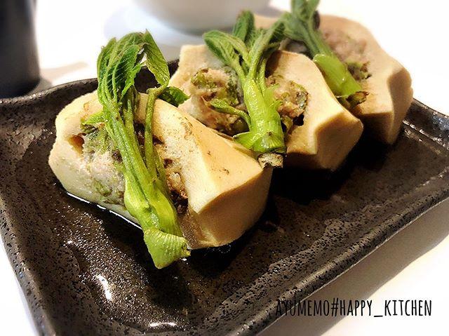 春の山菜料理第2弾は、こしあぶら入り高野豆腐のひき肉サンド煮♬粗みじん切りにしたこしあぶらを、ひき肉と練り合わせ、高野豆腐に挟んで出汁で煮ました。優しい味( ´-` ).。oO ( ♡ )こしあぶらの風味が広がる、この季節にしか食べれない一品。飾りで上に乗っけたこしあぶらは、最後の2分頃、一緒に煮ました。#和食 #こしあぶら #高野豆腐サンド #山菜