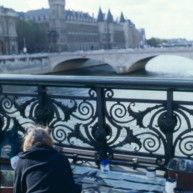 Michelle-Auboiron-peint-in-situ-les-Ponts-de-Paris-Photo-Anne-Sarter-20 thumbnail