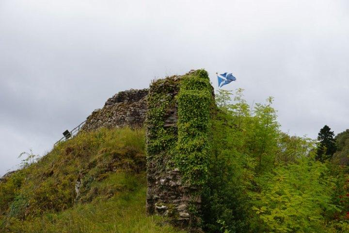 loch-ness-Ecosse-chateau-urquhart-drapeau