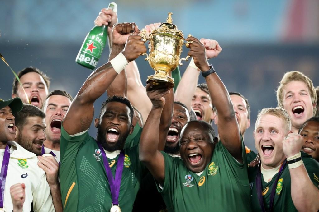 Coupe du Monde de Rugby : Siya Kolisi, le premier capitaine noir des Springboks, et le chef de l'Etat sud-africain Cyril Ramaphosa soulèvent la Coupe Webb Ellis