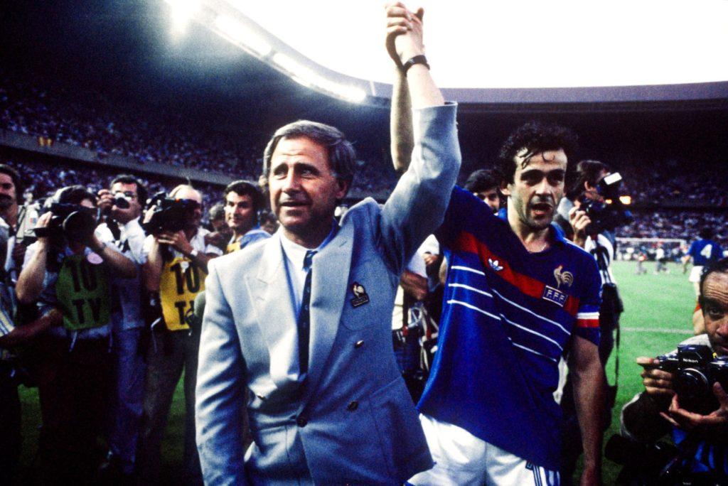 Michel Hidalgo : le sélectionneur avec son capitaine Michel Platini à l'issue de la finale de l'Euro 1984 remportée contre l'Espagne (2-0)