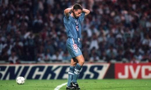 La détresse de Gareth Southgate lors de la séance de tirs au but en demi-finale de l'Euro 1996.