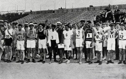 Les 32 athlètes sur la ligne de départ du marathon de Saint-Louis.