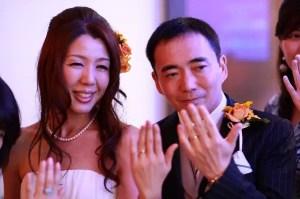 結婚披露パーティーの結婚写真