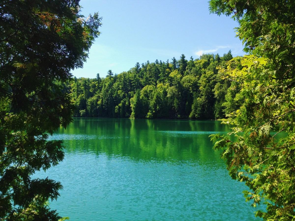 Le lac couleur émeraude du parc de la Gatineau