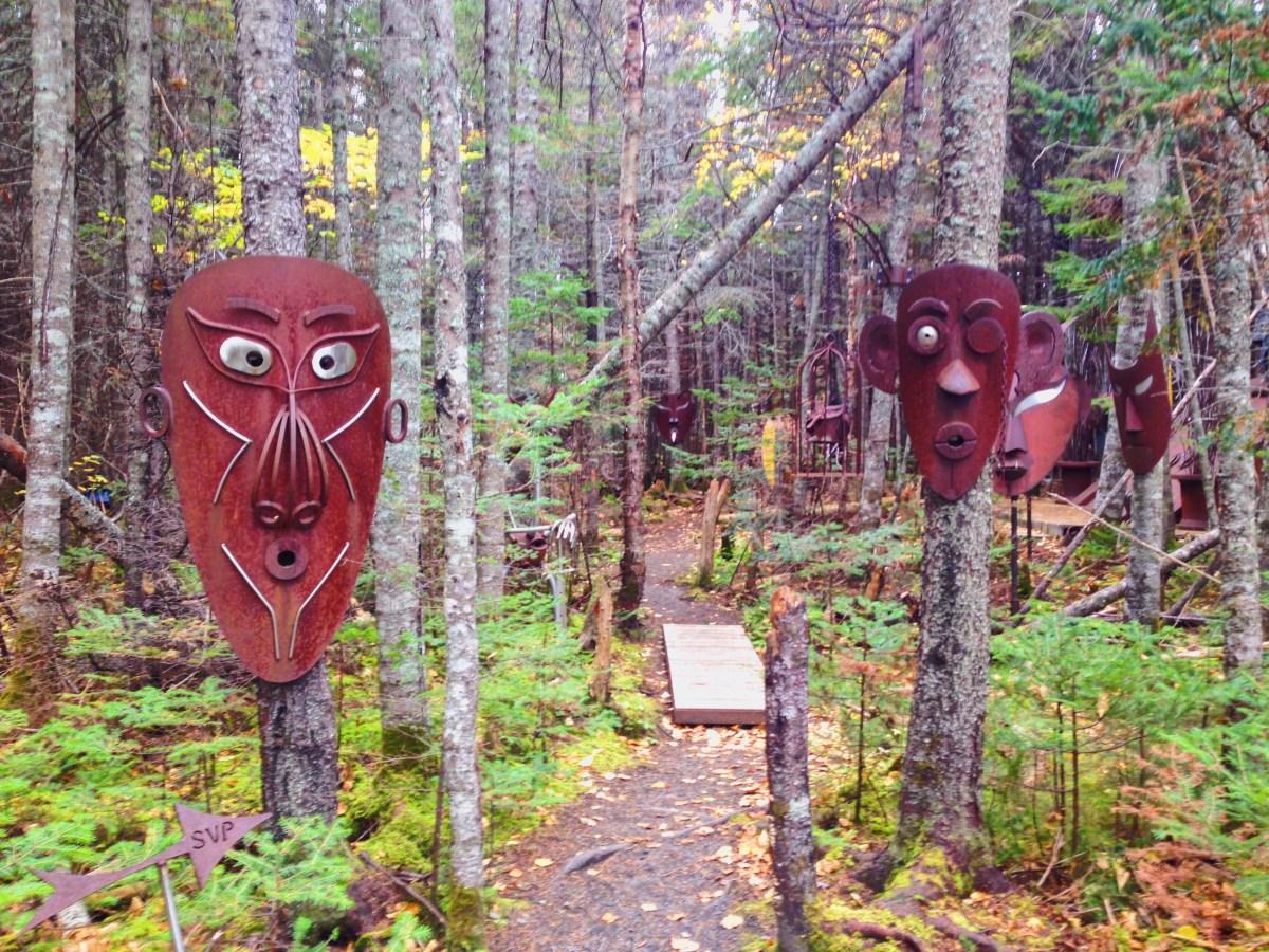 Curieux zoo métallique dans un boisé de Sept-Îles