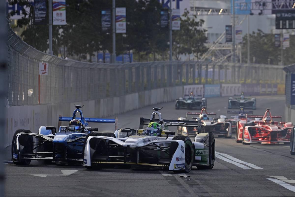 Solche Szenen erwarten die Zürcher Rennsport-Fans: Sébastien Buemi (links) kämpft gegen Lucas di Grassi (Mitte) am E-Prix von Hong Kong im vergangenen Dezember. (Imago/Krälling)