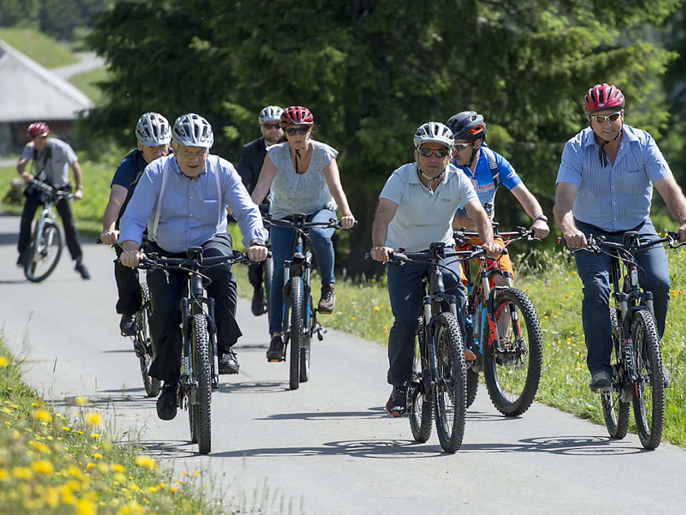 Sie haben Tachos an den E-Bikes: Der Gesamtbundesrat an der alljährlichen «Schulreise» im Berner Saaneland 2016.