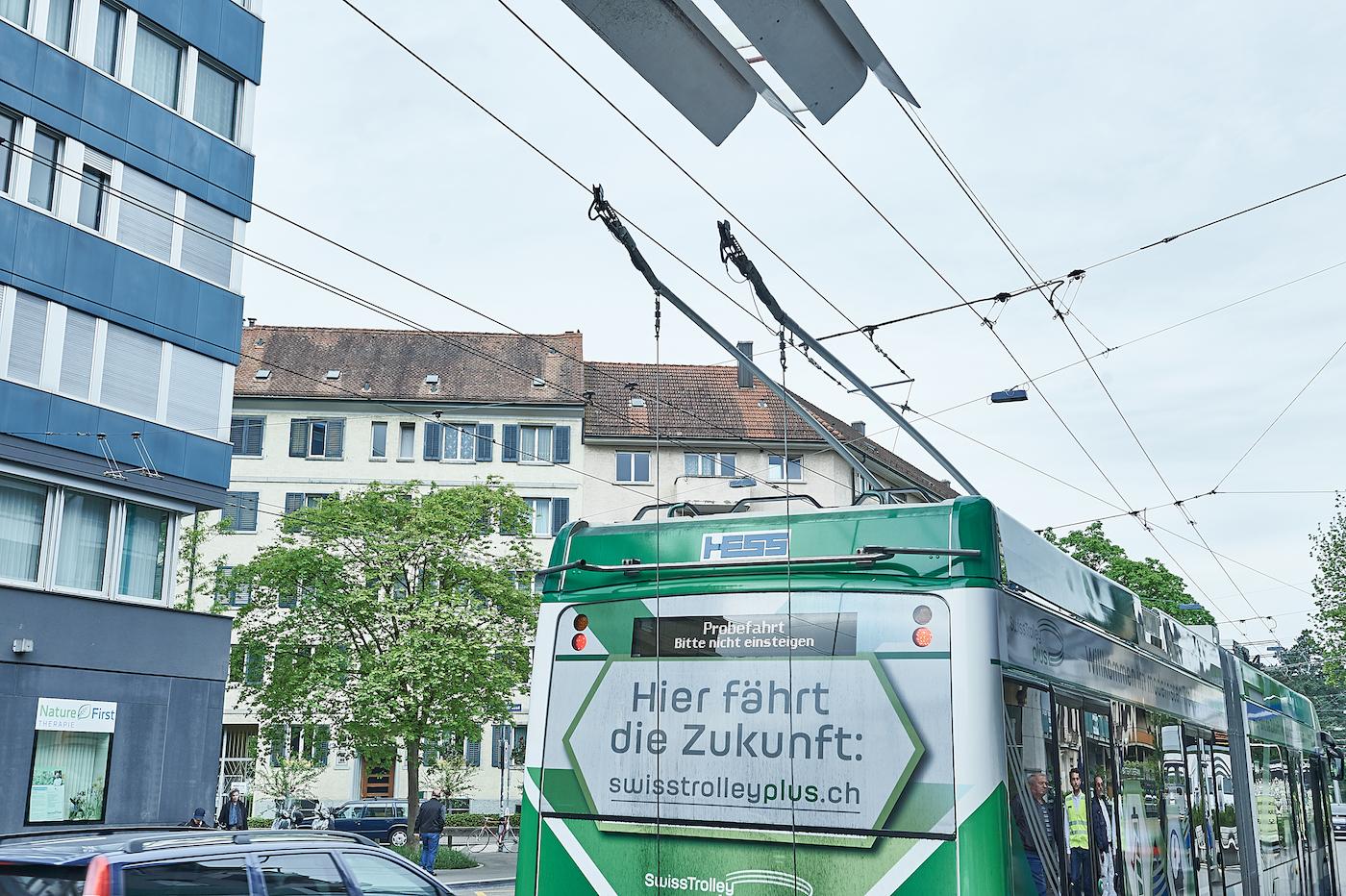 Der Swiss Trolley Plus ist der erste, der auch ohne Oberleitung in Fahrt bleibt. (Anja Wurm)