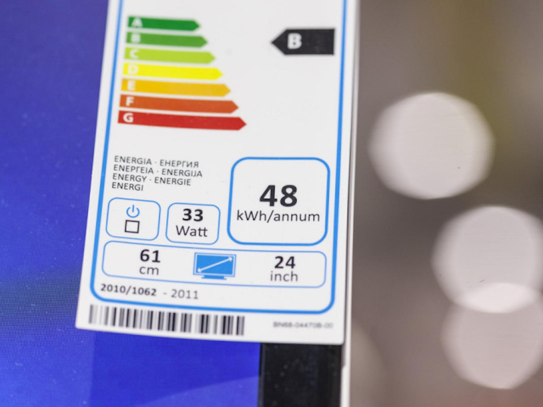 Energieetiketten – hier an einem TV-Gerät – kleben auch an Kühlschränken und Gefriertruhen. (Keystone)